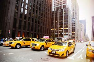 Taxidienst Als taxidienst is het een voordeel om op elk moment uw voertuigen te kunnen lokaliseren. De systemen van Traxgo verzamelen allerlei data en zorgen voor tijdwinst. Met deze software kan u dus de locatie van uw voertuigen nagaan, adressen doorsturen, verbruik controleren, enzovoort. Het heeft dus tal van mogelijkheden. Door de data te analsyeren krijgt u dus een goed zicht op de workflow van uw bedrijf. De communicatie verloopt veel vlotter omdat je alles rechtstreeks kan doorsturen. Adressen kunnen aangeleverd worden waardoor de chauffeur direct weer op weg kan. Werknemers worden dus op de juiste plek en op het juiste moment ingezet. Ze hebben net zoals de werkgever ook een goed zicht op de taken. Snelle routes, efficiënte planning, tijdwinst, enzovoort. Het zijn enkele voordelen die de digitale systemen van Traxgo kunnen bieden. De data zorgt dus voor een duidelijk overzicht en helpt uw bedrijf naar een hoger niveau.
